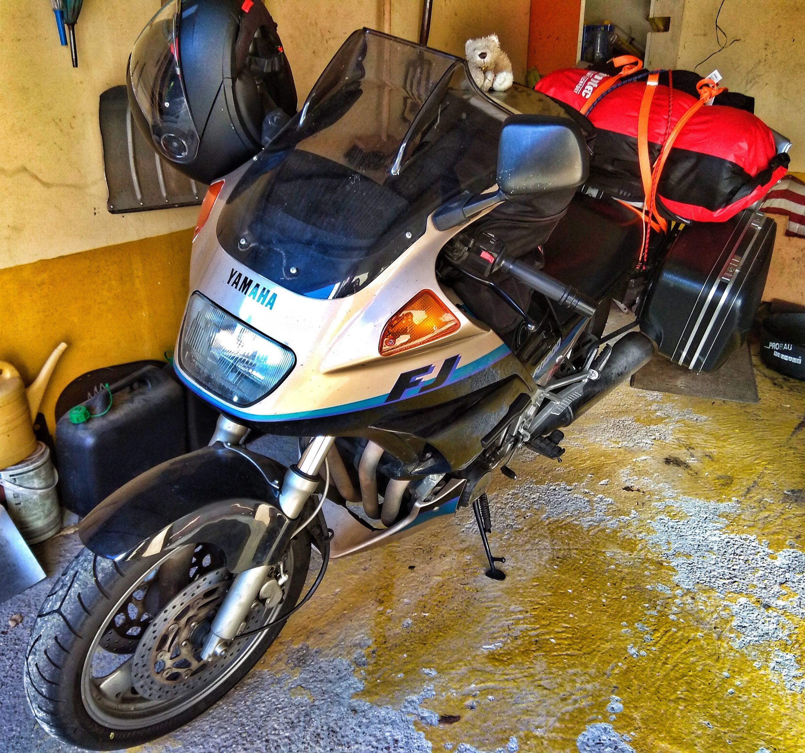 Motorrad mit Gepäck und kleinem Stoffbären